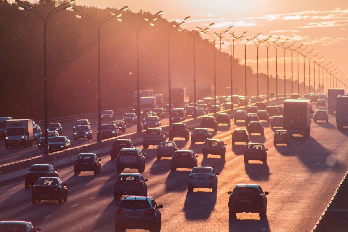 Berufsverkehr und Stau auf der Autobahn